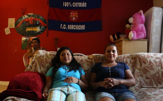 Brenda Alonzo (dcha.) junto a su hija Chirley en su casa de Maryland.