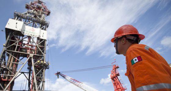 Un trabajador en la plataforma Centenario en el Golfo de México.
