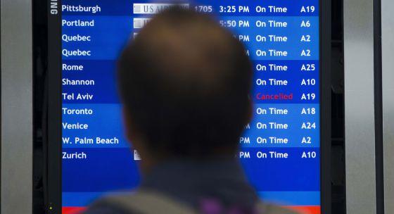 Un hombre consulta la información de los vuelos en el aeropuerto de Filadelfia (EE UU).