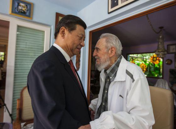 Fidel Castro habla con el presidente chino Xi Jinping.