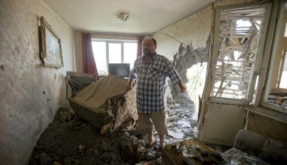 Un habitante de Donetsk muestra su casa tras el impacto de un misil, en julio.