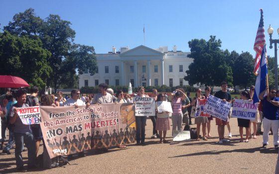 Algunos de los manifestantes frente a la Casa Blanca.