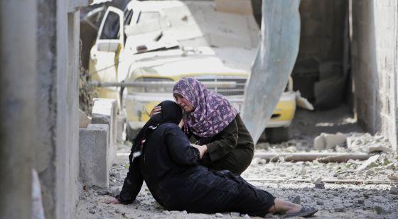 Dos mujeres lloran ante los escombros de su casa en Beit Hanoun, en el norte de la Franja de Gaza.