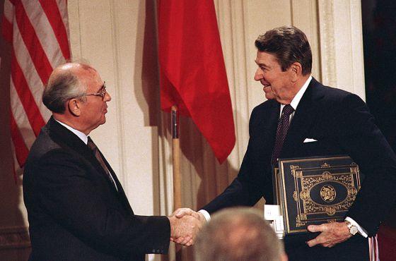 El 8 de diciembre de 1987, el líder soviético, Mijail Gorbachov, y el presidente norteamericano, Ronald Reagan, firmaron en la Casa Blanca un tratado para eliminar los misiles de alcance intermedio