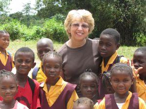 Nancy Writebol, la segunda paciente que llegará a EE UU, durante su trabajo con niños en Liberia.