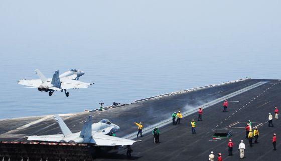 Un FA-18E Super Hornet despega del portaaviones USS George H. W. Bush, apostado en el golfo Pérsico.