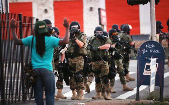La Policía bloquea, la tarde del lunes, a manifestantes en el centro de Ferguson.