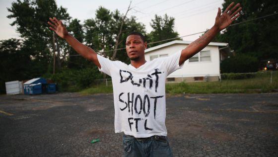 Un joven protesta en las calles de Ferguson.