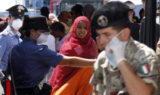 Inmigrantes atendidos este viernes en Nápoles por los servicios de rescate italianos tras su rescate en el Mediterráneo.