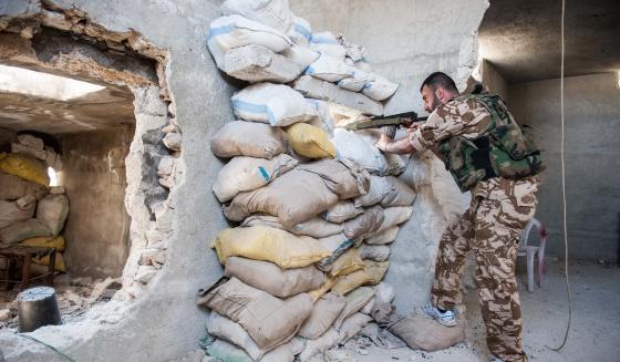 Un sargento del Ejército sirio se mantiene apostado en un edificio del barrio de Karmel el Jebel, en Alepo