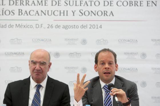 El secretario de Medio Ambiente, Juan José Guerra Abud y el director de Conagua, David Korenfeld, durante la rueda de prensa de este martes.