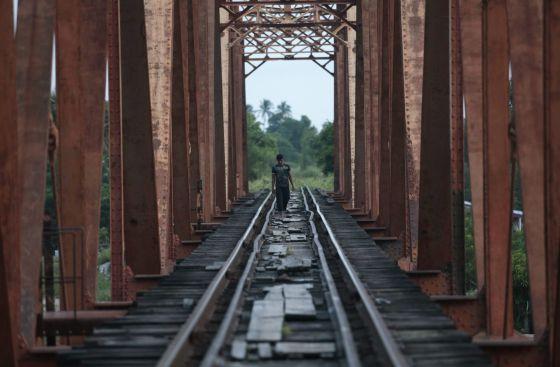 Un hombre camina sobre las vías del tren en Arriaga (Chiapas).