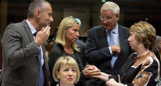 Catherine Ashton habla con Federica Mogherini el pasado 15 de agosto. ,