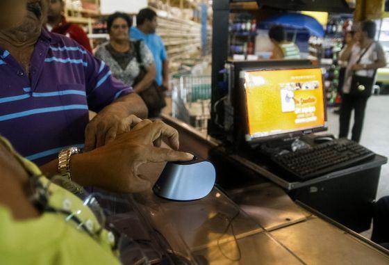 Clientes se registran en el sistema de compras biométrico en Maracaibo