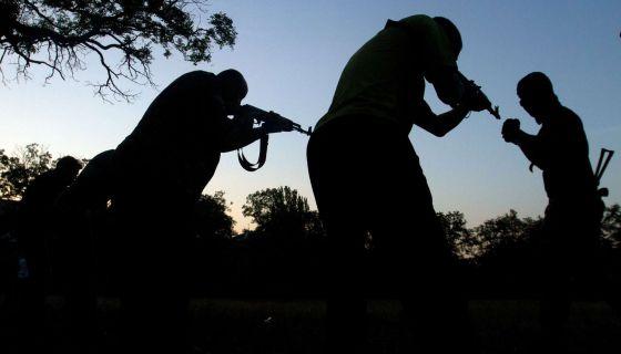 Fuerzas de seguridad ucranias entrenan a voluntarios en Mariupol, en el sureste del país.