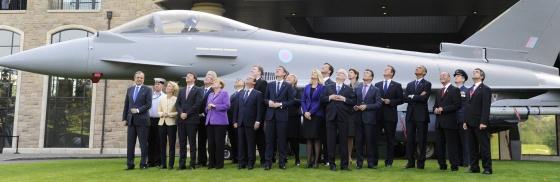 Líderes de los países de la OTAN observan el viernes el vuelo de aviones militares en Newport