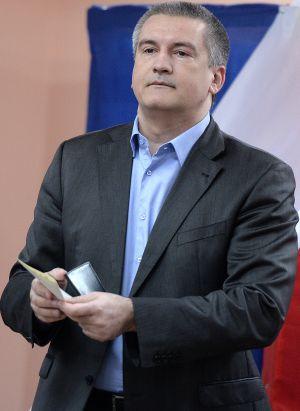 Axiónov se dirige a depositar su papeleta en un colegio de Simferópol, durante las elecciones celebradas en Crimea el pasado 16 de marzo.