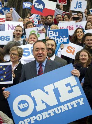 El primer ministro escocés, Alex Salmond, posa junto a seguidores del sí a la independencia, hoy en Edimburgo (Escocia).