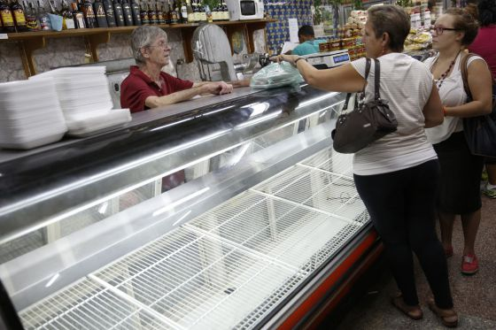 Clientes venezolanos en un supermercado vacío de Caracas.