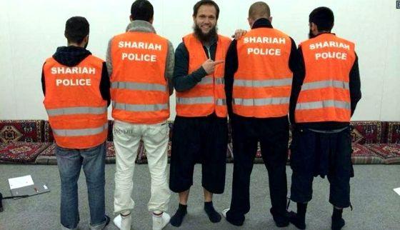 """Cinco de los autoldenominados  """"policías de la sharía"""", en una foto de Facebook."""