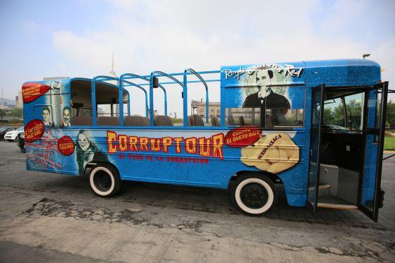 El autobús del Corruptour antes de su primer recorrido