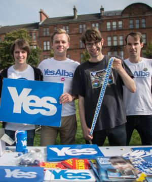 Calum McLeod (con gafas) y otros miembros de Generation Yes, un grupo de jóvenes independentistas, el sábado en Glasgow.