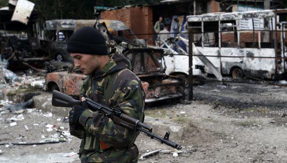 Un rebelde prorruso hace guardia este martes en Donetsk.