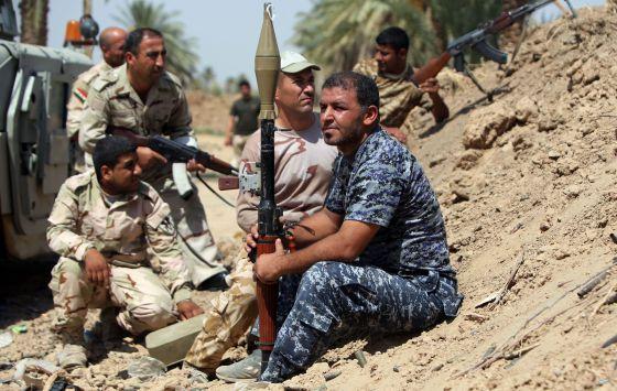 Soldados iraquíes mantienen su posición durante un enfrentamiento con milicianos del Estado Islámico, a 75 kilómetros de Bagdad.