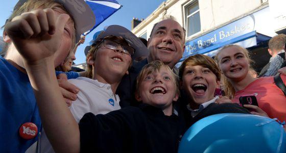 Alex Salmond, con partidarios de la independencia.