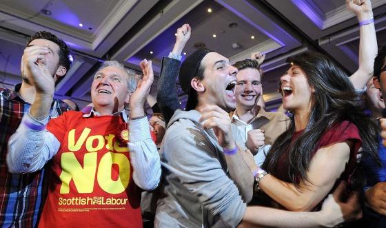 Unionistas celebran la victoria tras el recuento.