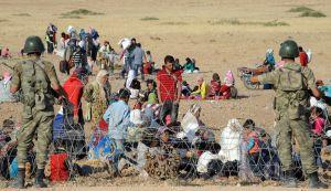 Refugiados sirios esperan en la frontera con Turquía tras dejar sus hogares, cerca de Sanliurfa.