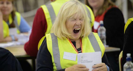 Una operaria cuenta votos en Edimburgo.