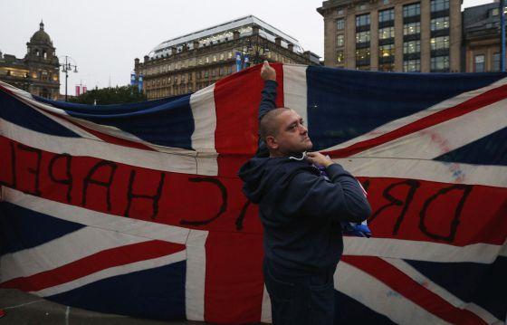 Un escocés unionista con una Union Jack en Glasgow este viernes.