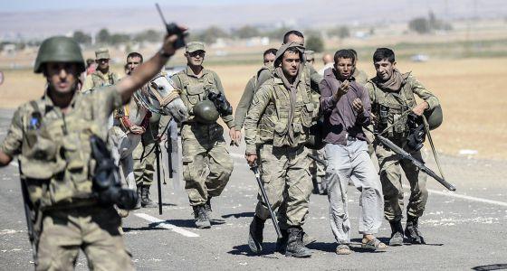 Militares turcos detienen a un kurdo que se manifestaba en apoyo a los kurdos sirios.