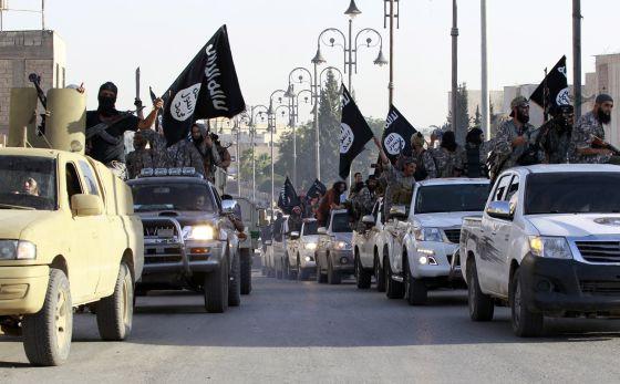 Desfile de miembros del EI en Raqqa, a principios del verano, para celebrar la proclamación de la organización de un califato en Irak y Siria.