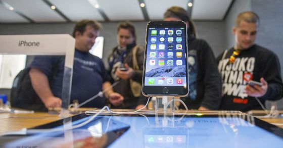 Un grupo de personas espera para poder comprar el iPhone6, en Berlín.