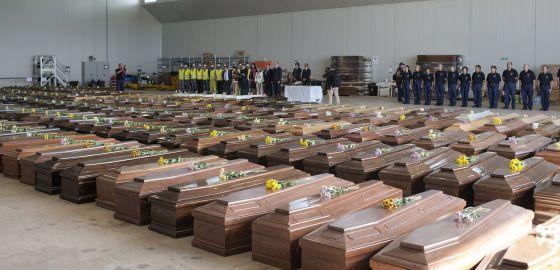 Ataúdes de las víctimas del naufragio de Lampedusa, en octubre de 2013.