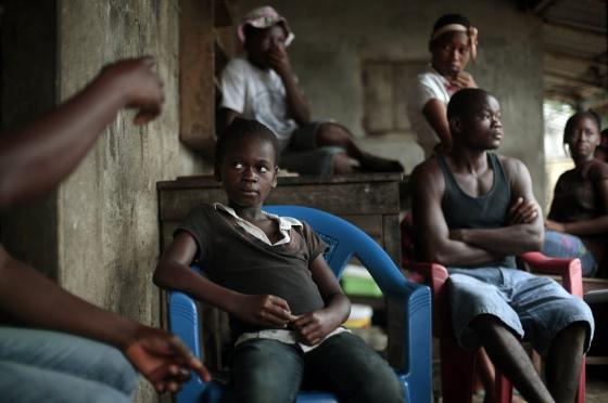 Un huérfano se recupera en un centro en Liberia.
