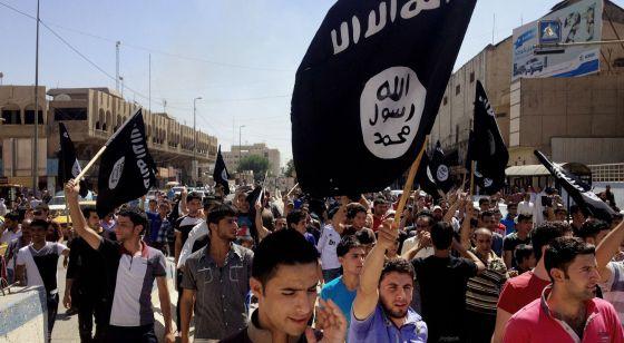 Simpatizantes del EI marchan por las calles de Mosul en junio.