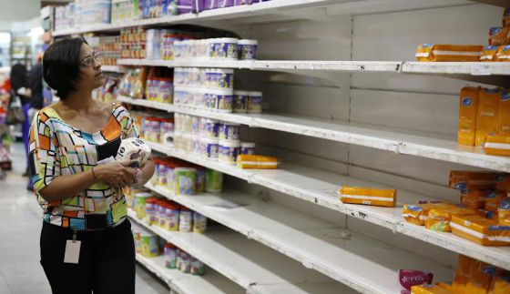 Escasez de productos en un supermercado venezolano.