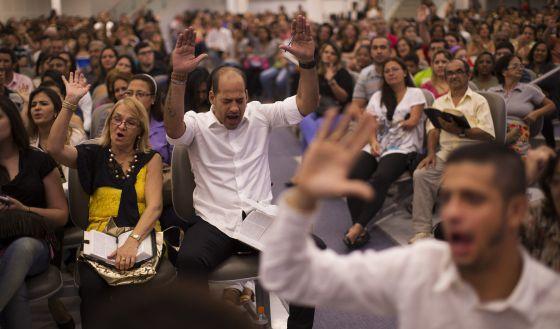 Decenas de fieles sigue la oración del pastor pentecostal Silas Malafaia en Río de Janeiro, el 25 de septiembre.