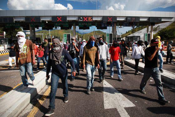 Estudiantes de Ayotzinapa se manifiestan en una carretera