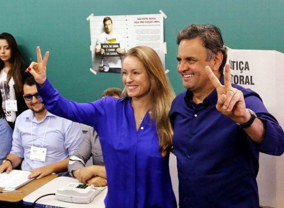 Aécio Neves y su esposa después de votar