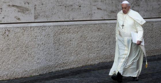 El papa Francisco se dirige al Sínodo extraordinario sobre la familia, en el Vaticano.