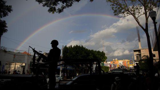 Un soldado hace guardia en las calles de Iguala, México.