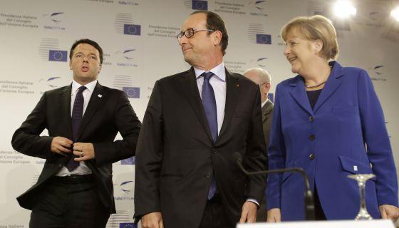 Renzi, Hollande yMerkel, en la cumbre europea de Milán.