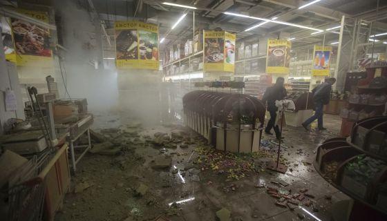 El centro comercial Amstor de Donetsk tras los bombardeos.