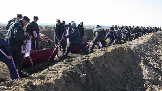 Soldados ucranios entierran en Dnipropetrovsk cuerpos de fallecidos.