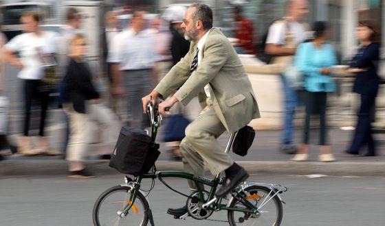 Un hombre pasea en bicicleta por París (Francia).