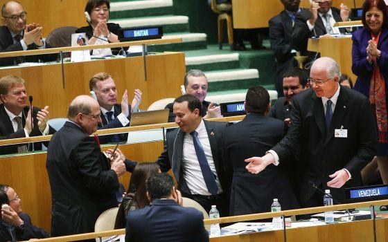 La delegación venezolana celebra el resultado de la votación.